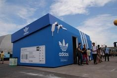 Una tienda de Adidas en Amsterdam, o mejor dicho, una caja de zapatillas gigantes en Amsterdam