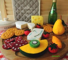 Felt Food, Felt Cheeses Board, pretend play food toy kitchen. Cheeses Tasting Party, Felt Tomatoes Kiwi Crackers Salami Cheeses, montessori(Etsy のdecocarinより) https://www.etsy.com/jp/listing/162778191/felt-food-felt-cheeses-board-pretend