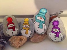 Cute snowmen for your rock art inspiration. Rock Painting Patterns, Rock Painting Ideas Easy, Rock Painting Designs, Pebble Painting, Pebble Art, Stone Painting, Christmas Rock, Christmas Crafts, Christmas Decorations