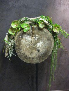 Afbeeldingsresultaat voor aspidistrablad vouwen Japanese Flowers, Round Design, Arte Floral, Floral Bouquets, Ikebana, Botanical Art, Grapevine Wreath, Creative Design, Floral Arrangements