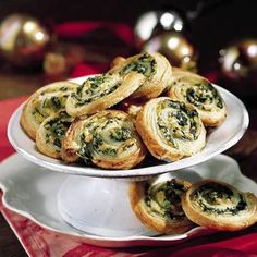 Spinach and Artichokes in Puff Pastry - These spinach and artichoke appetizers only look difficult to make. The secret is puff pastry. Simply spread the filling over the pastry, slice, and bake. Party Dips, Appetizers For Party, Appetizer Recipes, Appetizer Ideas, Delicious Appetizers, Delicious Dishes, Puff Pastry Appetizers, Puff Pastry Recipes, Puff Pastries