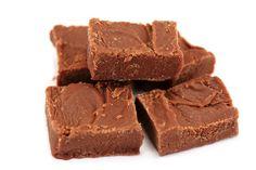 Even een lekker receptje voor de echte choco liefhebber! Een heerlijke zachte choco fudge van ChocoladeCoveredKatie. Super simpel en super lekker :)