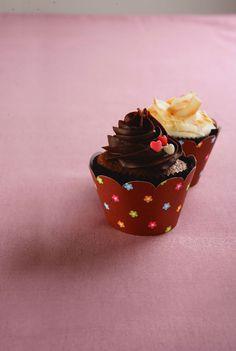 Cupcake com cobertura de chocolate