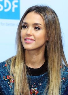 Jessica Alba looks perfect with her ombre hair and winged eyeliner. LOVE.