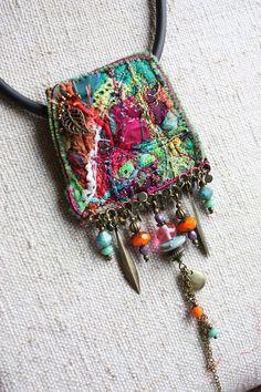 bijoux brodés pendentif/great examples of beaded jewelry here Fiber Art Jewelry, Mixed Media Jewelry, Textile Jewelry, Fabric Jewelry, Textile Art, Jewelry Art, Beaded Jewelry, Handmade Jewelry, Jewelry Design