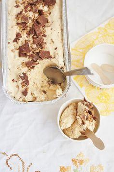 Ihana aurinkoinen päivä inspiroi taas jäätelön tekoon.   Tämäkin jäätelö valmistuu ilman jäätelökonetta.         Daim-kin...