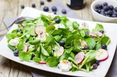 3 Spring Green Salad Recipes are here. Salads are always welcomed for lunch or dinner. Making new an inventive salads are the best way to go! Avocado Dessert, Clean Eating Prep, Homemade Trail Mix, Healthy Salads, Healthy Eating, Green Salad Recipes, Spring Salad, Food Out, How To Eat Paleo