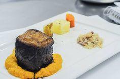 Cubo de picanha com mousseline de cenoura, farofa brasileira e legumes salteados na manteiga | Cube steak with carrot mousseline, Brazilian farofa and vegetables sautéed in butter