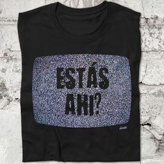 """Esta camiseta es un homenaje al clásico del cine de terror """"Poltergeist"""". En la camiseta aparece la pantalla de un televisor antiguo con ruido o nieve y la frase """"estás ahí?"""" www.diablocamisetas.com"""