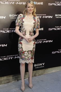 La actriz de moda Emma Stone, lució en la presentación en Madrid de la nueva película de Spiderman, un vestido de encaje blanco y bordados de flores en punto de cruz de Dolce & Gabbana. Lo combinó con los famosos Pigalle de Christian Louboutin.