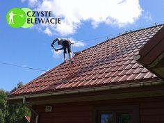 Mycie dachu pokrytego mchem i zabrudzonego zanieczyszczeniami komunikacyjnymi przy pomocy wysokiej klasy…