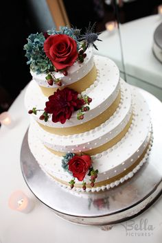 Roses and succulents - what a cool combination for the cake