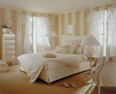 dieses schlafzimmer erreicht einen hellen und luftigen look mit ... - Schlafzimmer Beige Weis