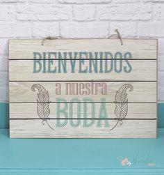 """Cartel de Madera con el texto """"Bienvenidos a nuestra boda"""". Es vinilo sobre madera. Viene agujereado y con una cuerda rústica para poder colgar.  Medidas: 60 x40 cms"""