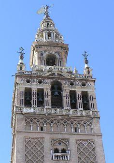 La Torre Giralda mide 97,5 metros de altura, 101 metros contando El Giraldillo. Es la torre más alta de la ciudad de Sevilla y es una de las construcciones más famosas de toda Andalucía. El 29 de diciembre de 1928 fue declarada Patrimonio Nacional y en 1987 integró la lista del Patrimonio de la Humanidad.