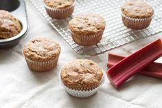 Vous avez une belle talle de rhubarbe, mais vous ne savez pas trop quoi faire avec? C'est l'heure d'essayer les muffins à la rhubarbe et pacane! Muffin Recipes, No Bake Desserts, Biscuits, Berries, Food And Drink, Baking, Healthy, Breakfast, Cupcakes