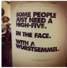 Da gibts sogar ne Story dazu:  http://oelindieflammen.wordpress.com/2012/02/28/high-five-with-a-wurstsemmel/