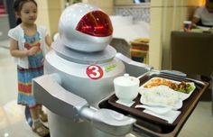 Robôs servem pratos feitos por androides em restaurante chinês