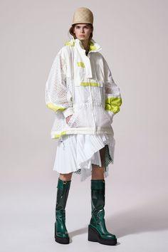 The complete Sacai Resort 2017 fashion show now on Vogue Runway. Fashion Milan, Fashion Week, Sport Fashion, Fashion 2017, Diy Fashion, Love Fashion, Fashion Brands, Fashion Show, Fashion Design