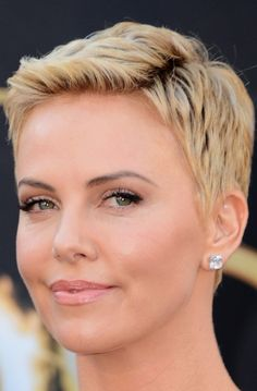 Academy Awards 2013 Charlize Theron Dazzles At Oscars In Pixie Haircut And Christian Dior Haute Couture6