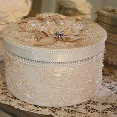 (reserve) grande boite style shabby chic en taffetas dentelles perles et strass