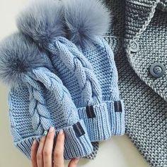 WEBSTA @ dasharichardson.knits - Этот супер заказ едет в Калифорниюдля заказа whatsapp/direct детская шапка с помпоном из натур.меха 3.000₽, взрослая 3.500₽, заказы на карди пока не принимаю