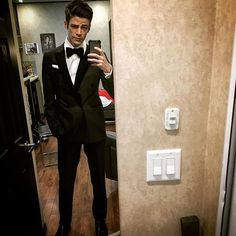 Grant Gustin aka The Flash is SO CUTE. He looks especially dapper here in a tux. Oh, men in tuxedos. Thomas Grant Gustin, The Flash Grant Gustin, O Flash, Flash Arrow, Supergirl Dc, Supergirl And Flash, Barry Allen Flash, The Flash Season 2, Dc Comics