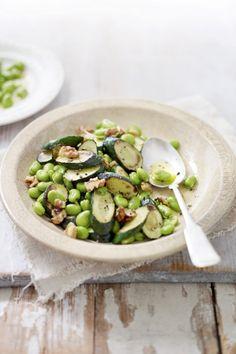 Het is lente! Warme tuinbonen- courgettesalade. Recept op elleeten.nl | ELLE Eten