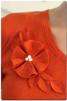 43 Trendy T-shirt Flowers Upcycle T Shirt Flowers, Felt Flowers, Fabric Flowers, Flower Shirt, Pretty Flowers, Fabric Crafts, Sewing Crafts, Sewing Projects, Sewing Clothes