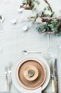 Looking for a more organic Thanksgiving table setting? Here's a great example of a simple and green setting.