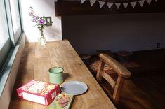 古くて新しくて、とびきり可愛い平屋。 - 物件ファン Flat, Table, House, Furniture, Home Decor, Bass, Decoration Home, Home, Room Decor