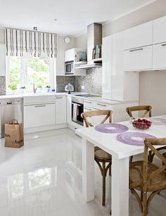 Keittiön välitilassa on sävykäs, ruskea mosaiikkilaatoitus valkoisella saumattuna. Ruskea väri toistuu raidallisessa laskosverhossa, joka teetettiin Isabel B:n kankaasta. Työtaso on kvartsia. Lattia laatoitettiin 30 x 60-senttisillä, korkeakiiltoisilla Laattapisteen laatoilla. Koska kapea tila vaati juuri tietyn kokoisen pöydän, Anna suunnitteli sen itse. Tuolit Rivièra Maison. Pöytätabletit Indiska. Tila, Kitchen Island, Furniture, Home Decor, Island Kitchen, Decoration Home, Room Decor, Home Furnishings, Home Interior Design