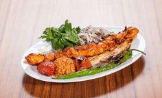 Tavuk göğsü gelen şiş kebap - kömür üzerinde pişmiş hafif öğle yemeği