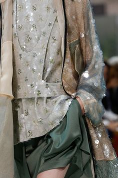 https://www.vogue.com/fashion-shows/spring-2018-ready-to-wear/valentino/slideshow/collection