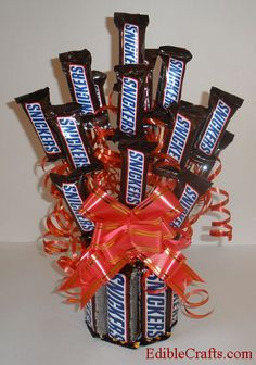 Looking for awesome homemade birthday gifts? This DIY Snickers Candy Bouquet makes a great birthday gift for boyfriend or husband. Candy Boquets, Candy Bar Bouquet, Gift Bouquet, Bouqets, Homemade Birthday Gifts, Diy Birthday, Homemade Gifts, Birthday Bouquet, Diy Gifts