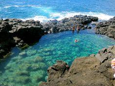 """piscinas naturaisLar de numerosas fantasias de verão e de um filme de Elvis Presley, a ilha de Kauai é uma das 19 ilhas e atóis que formam o arquipélago do Hawai. Também e onde se localiza The Queen´s Bath (""""O Banho da Rainha""""), uma piscina formada em pedra de origem vulcânica e que supõe uma alternativa ideal as exploradas (turisticamente) praias havaianas."""