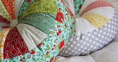 Hoje trazemos um tutorial sobre como fazer almofadas redondas. E com um botão no centro! A almofada maior tem 40cm de diâmetro e a mai...