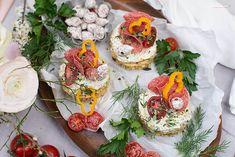 Pikante Törtchen mit Bärlauch Creme Party Buffet, Avocado Toast, Creme, Breakfast, Finger Food, Pies, Brunch Ideas, Vegetarian Recipes, Red Peppers