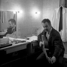 Georges Brassens dans sa loge à l'Olympia, Paris 1963 © Robert Doisneau