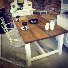 Kantrimallinen lankkupöytä, jossa pähkinällä vahattu mäntykansi Kitchen Cart, Corner Desk, Summer, House, Furniture, Home Decor, Corner Table, Summer Time, Decoration Home