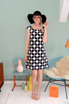 Wunderschönes aufwendiges Kleid aus 100% selbstentworfener Baumwolle mit einem Blütenmuster in creme-schwarz. Es ist gefüttert, hat Taschen und schließt hinten mit einem Reißer.   Das Kleid ist...