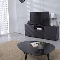 Ihr mögt dunkle Möbel und möchtet zwischendurch gern ein paar helle Akzente setzen? Unser Tipp: Wenn es etwas weniger kontrastreich sein soll, versucht es doch mal mit einem tollen Teppich in Creme.