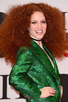 Jess Glynne with graphic eyeliner and pink eyeshaddow at BRIT Awards Brit Awards 2016, Jess Glynne, Graphic Eyeliner, Green Suit, Big Hair, Girl Crushes, Redheads, Singers, Robot