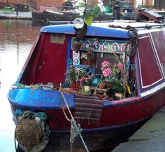 I wonder if the boat reflects the owner. Narrowboat Holidays, Narrowboat Interiors, Canal Boat, Boathouse, Speed Boats, Gypsy Style, Interior Ideas, Tiny House, Beautiful Homes