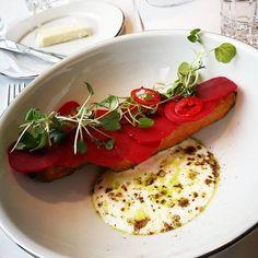 """Tänään valkoisten liinojen 4 ruokalajin lounas @latva_restaurant , vahva suositus! Paahdettua porkkanaa, ruishapanjuurta, chiliä ja jogurttia. Linguine """"cacio e pepe"""". Makrillia, Savoy-pinaattia, kurpitsaa ja chorizoragu. Vadelma-moussekakkua, valkosuklaata ja tuoreita vadelmia. #lounas #ravintolalatva Linguine, Caprese Salad, Bruschetta, Ethnic Recipes, Food, Essen, Meals, Yemek, Insalata Caprese"""