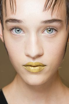 Prada Spring 2016 Ready-to-Wear Beauty Photos - Vogue