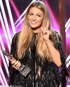 'All mine': Blake Lively warned off rivals as she hailed husband Ryan Reynolds after scooping a gong at the People's Choice Awards Wednesday Blake Lively Ryan Reynolds, Blake Lively 2017, Style Blake Lively, Blake Lively Hair, Smooth Hair, Hair A, Straight Hairstyles, Volume Hairstyles, Gossip Girl