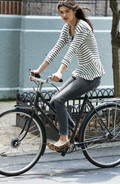 """""""Lovely image caught on camera here. Great old fashioned bike crowned by model… Bicycle Women, Bicycle Girl, Estilo Navy, Cycle Chic, Low Rise Skinny Jeans, Bike Style, Street Style, Biking, Cyclists"""
