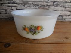 Vintage French Arcopal dish or casserole friuts De France Shabby Vintage, French Vintage, Vintage Pyrex, Belgian Truffles, Belgium Europe, Glass Baking Dish, Teapots And Cups, Blue And White China, China Sets