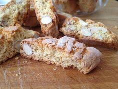 I tozzetti sono dei biscotti leggeri e sfiziosi simili ai cantucci perfetti da offrire a fine pasto con un bicchiere di vino rosso o Vinsanto.